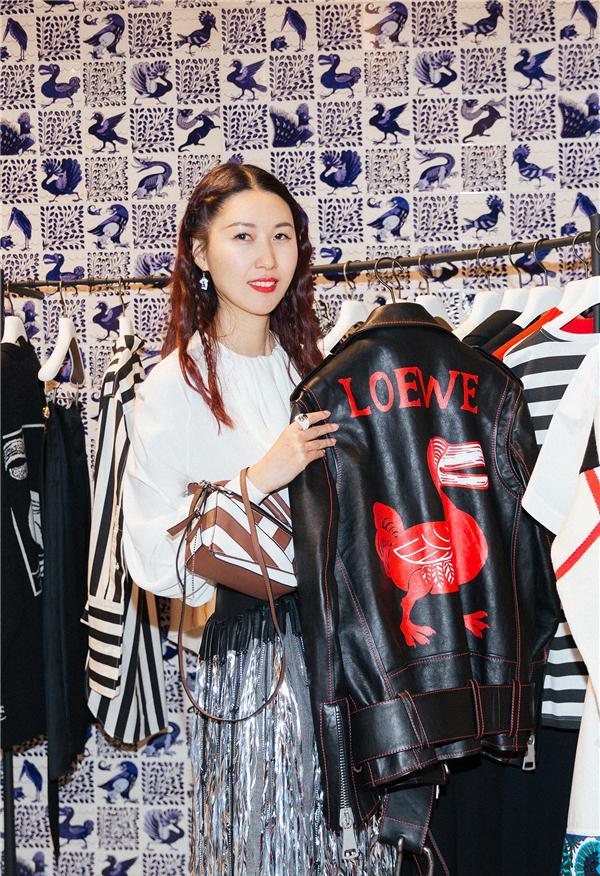 李晖手持品牌新款服装(图片来源:品牌提供)